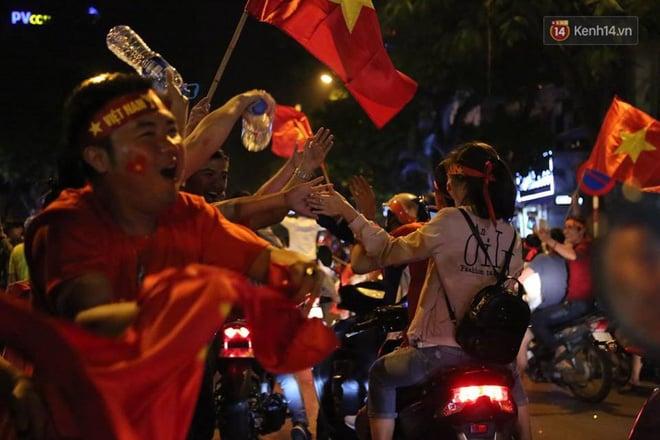 Hình ảnh CĐV Việt Nam vỡ òa trong chiến thắng trước Philippines, giành tấm vé vào chung kết AFF Cup sau 10 năm chờ đợi số 3