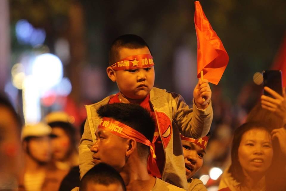 Hình ảnh CĐV Việt Nam vỡ òa trong chiến thắng trước Philippines, giành tấm vé vào chung kết AFF Cup sau 10 năm chờ đợi số 5