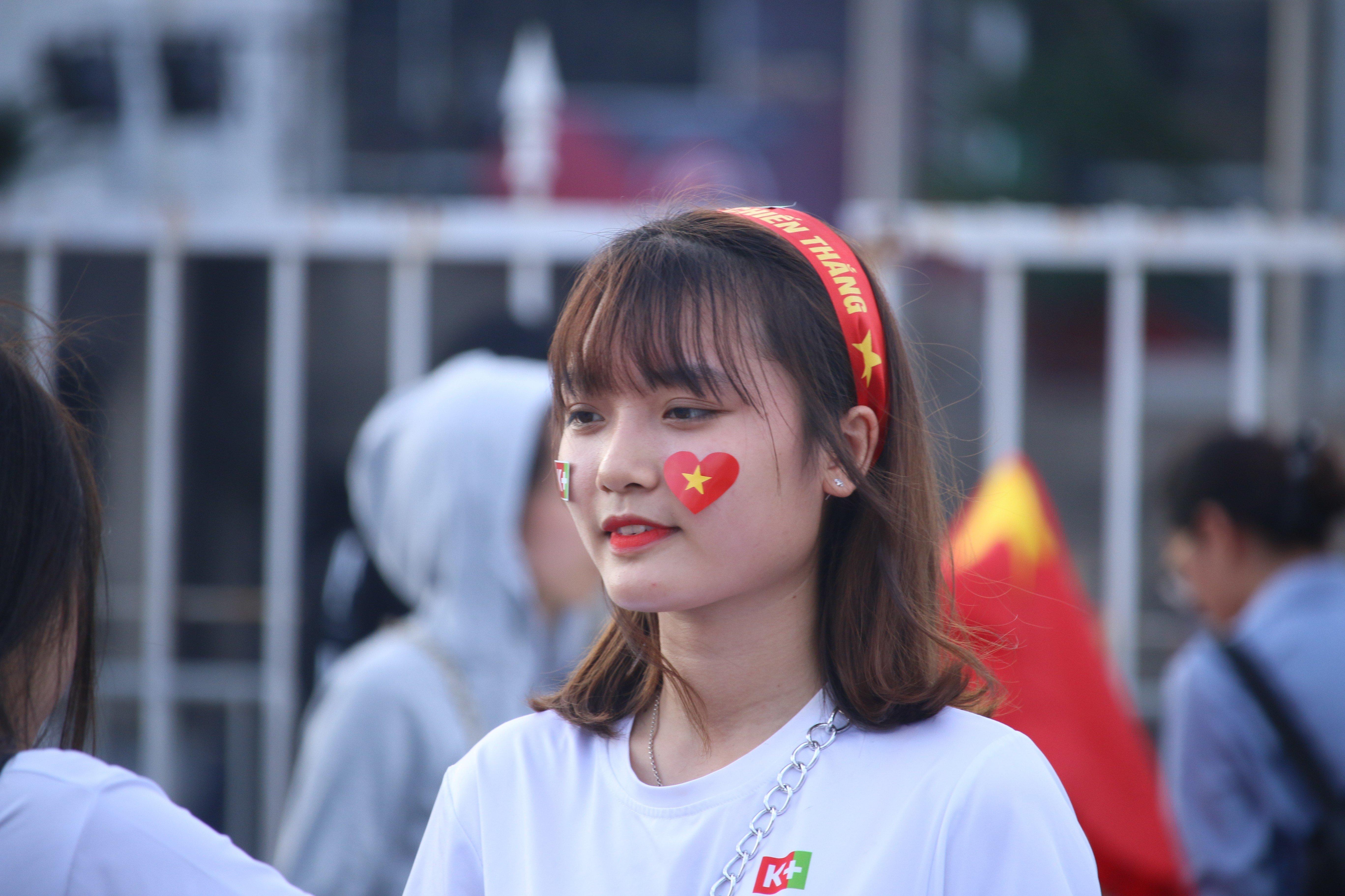 Hot girl đốt cháy không khí sân Mỹ Đình trận Việt Nam với Philippines 2