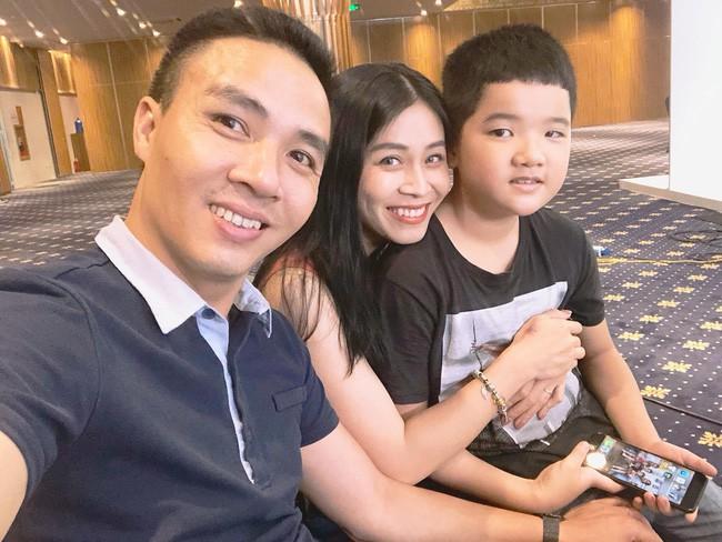 Chồng sắp cưới rất yêu thương con riêng của Hoàng Linh, còn nữ MC đối xử với con riêng của Mạnh Hùng như thế nào? 3