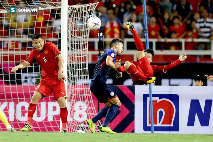 Hình ảnh Một, hai... rồi bốn cầu thủ Philippines cũng chẳng ngăn được Quang Hải tỏa sáng số 1