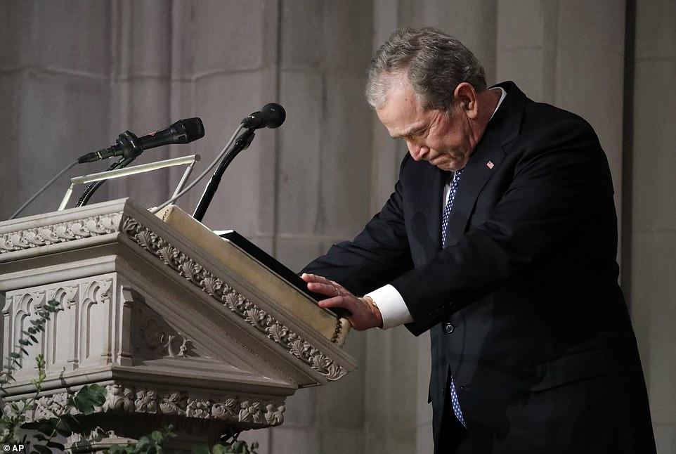 Mỹ: Giây phút nghẹn ngào khi cựu Tổng thống Bush con bật khóc trong quốc tang cha 1
