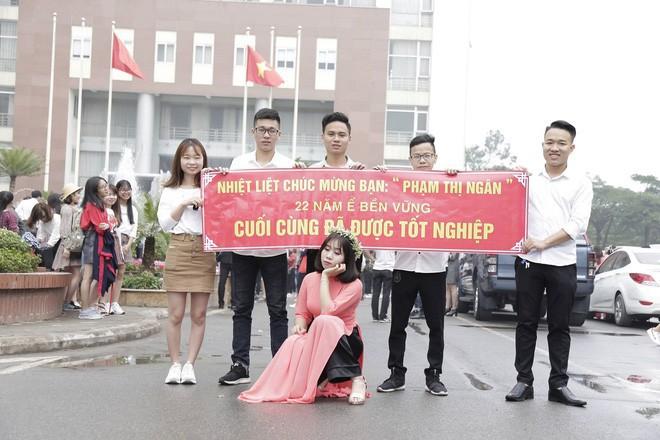 Hình ảnh Thanh xuân sẽ rất buồn nếu không có bạn thân, lầy đến mức in banner để tố giác nhau ngày tốt nghiệp số 2
