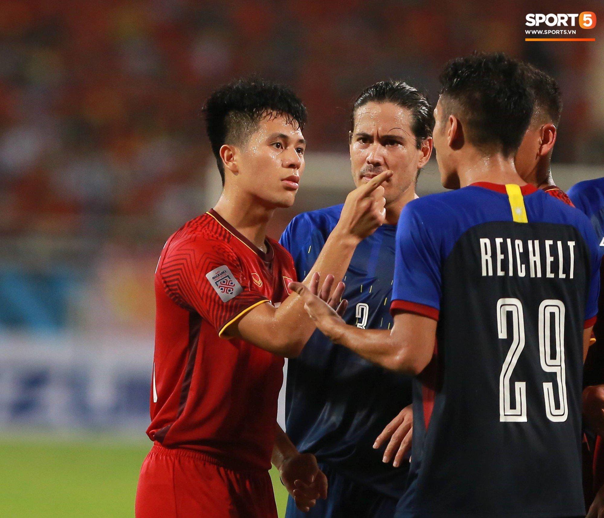 Hình ảnh Đình Trọng gay gắt chỉ thẳng mặt cầu thủ Philippines chơi xấu để bảo vệ em út Văn Hậu số 1