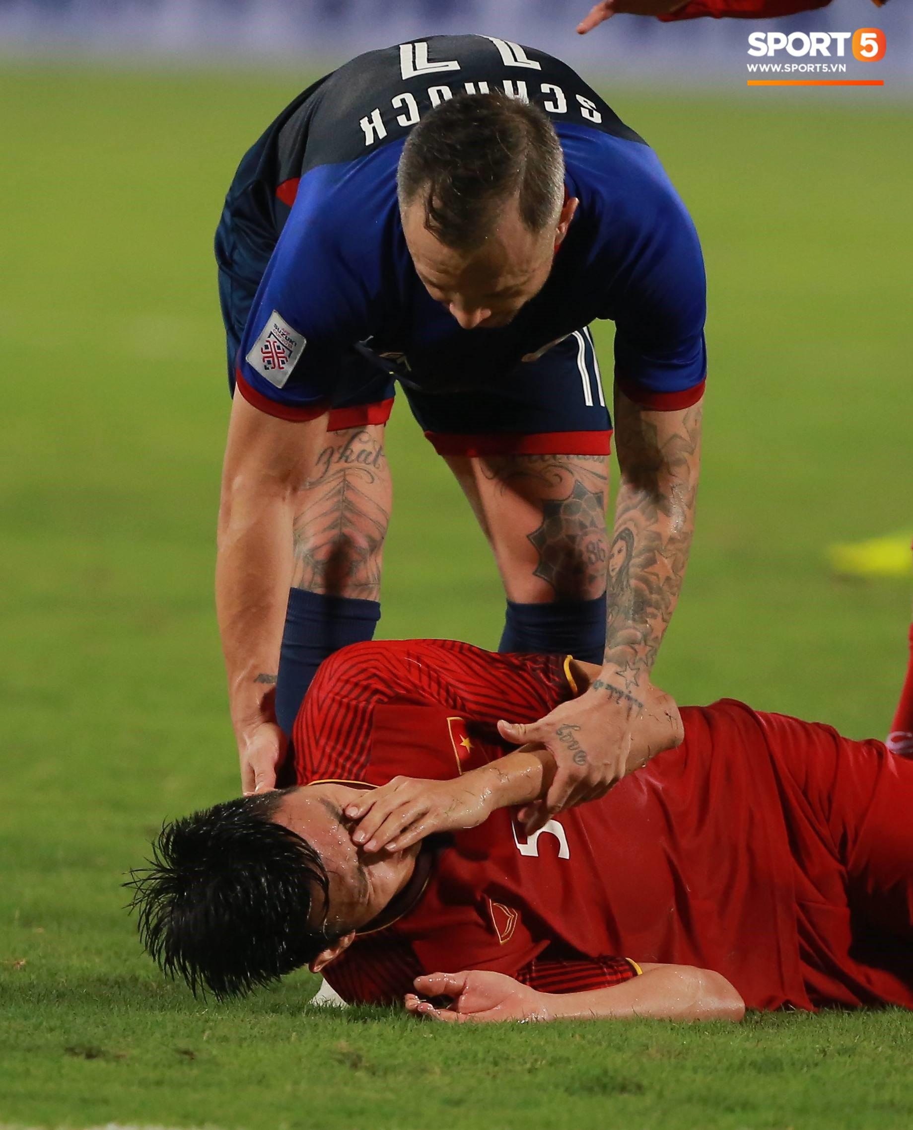 Trọng 'gắt' chỉ thẳng mặt cầu thủ Philippines chơi xấu để bảo vệ em út Văn Hậu 2