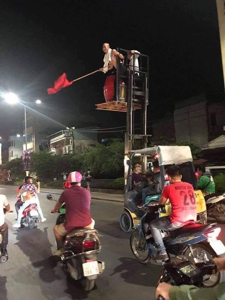 Những hình ảnh giản dị mà hài hước của CĐV Việt Nam trong không khí tưng bừng mừng chiến thắng 4