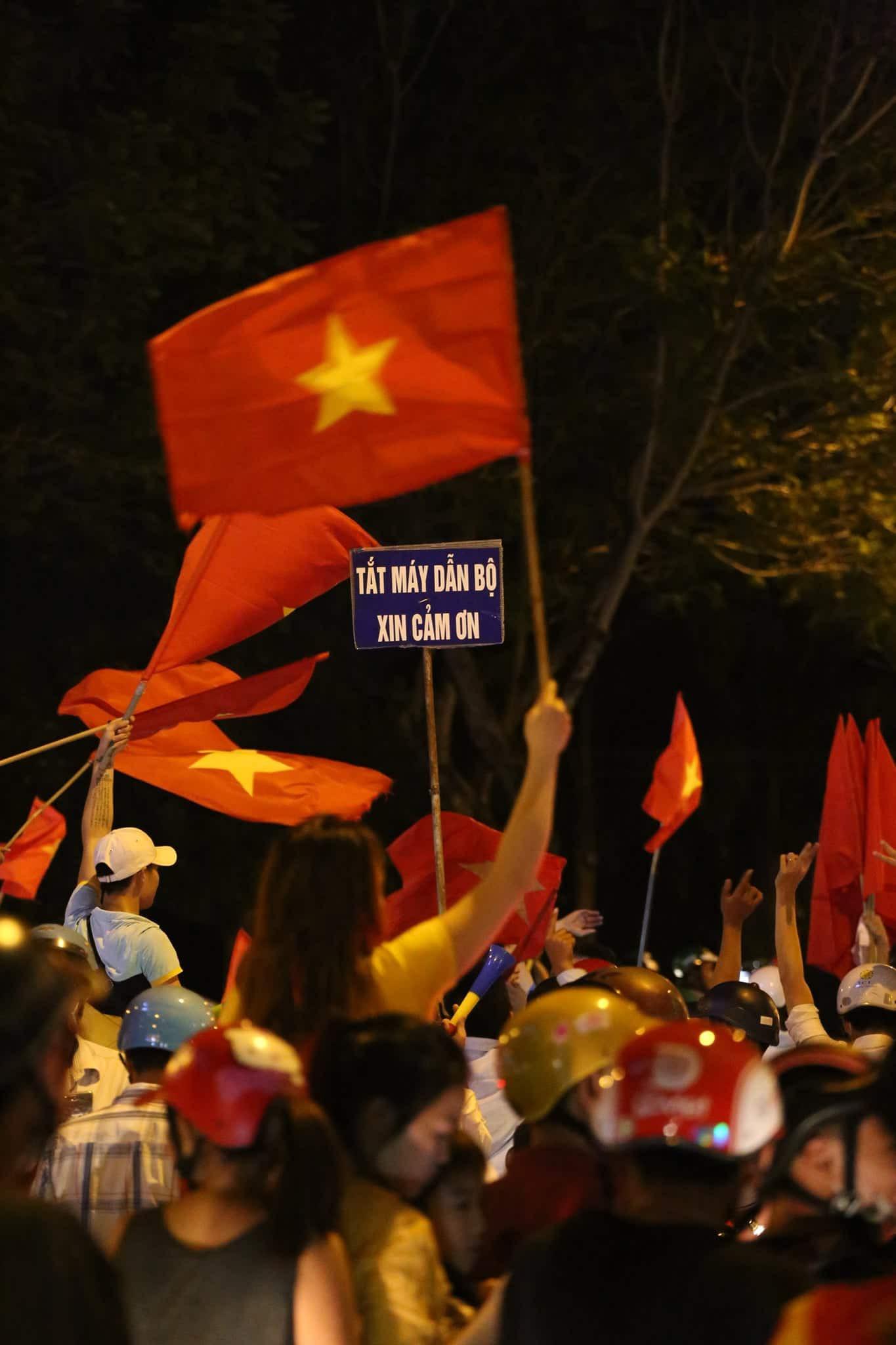 Những hình ảnh giản dị mà hài hước của CĐV Việt Nam trong không khí tưng bừng mừng chiến thắng 2