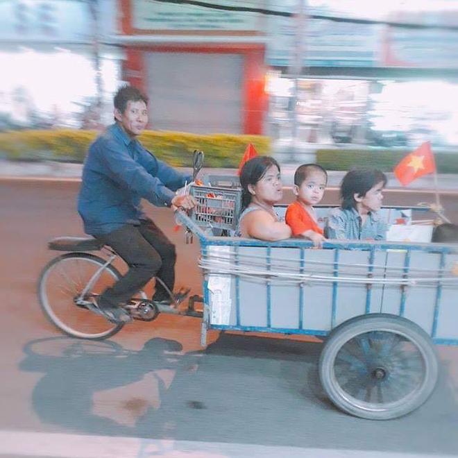 Những hình ảnh giản dị mà hài hước của CĐV Việt Nam trong không khí tưng bừng mừng chiến thắng 5