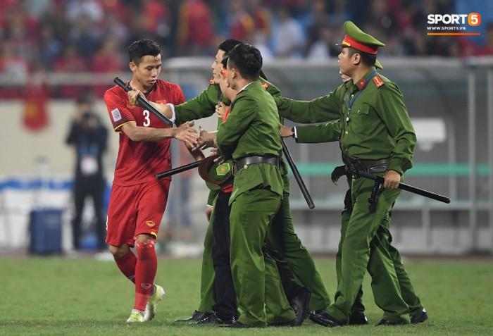 Đội trưởng Quế Ngọc Hải hành động đẹp với fan quá khích, giải cứu khỏi vòng vây an ninh 9