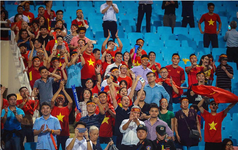 Đội trưởng Quế Ngọc Hải hành động đẹp với fan quá khích, giải cứu khỏi vòng vây an ninh 10