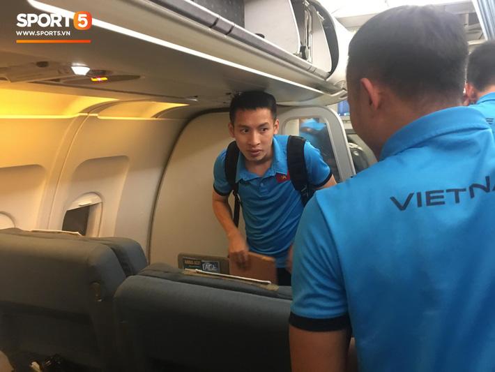 HLV Park Hang-seo nhường ghế thương gia cho học trò chấn thương trên chuyến bay tới Malaysia 2