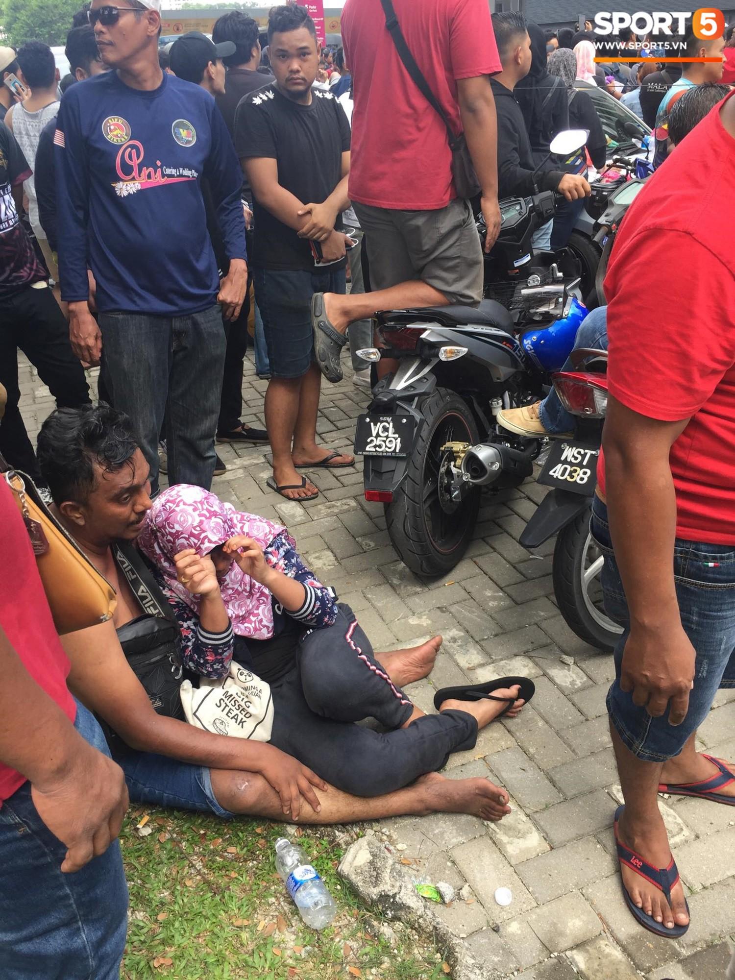 Kinh hoàng cảnh mua vé xem chung kết AFF Cup tại Malaysia: Nhiều người kiệt sức, nằm la liệt bên đường 6