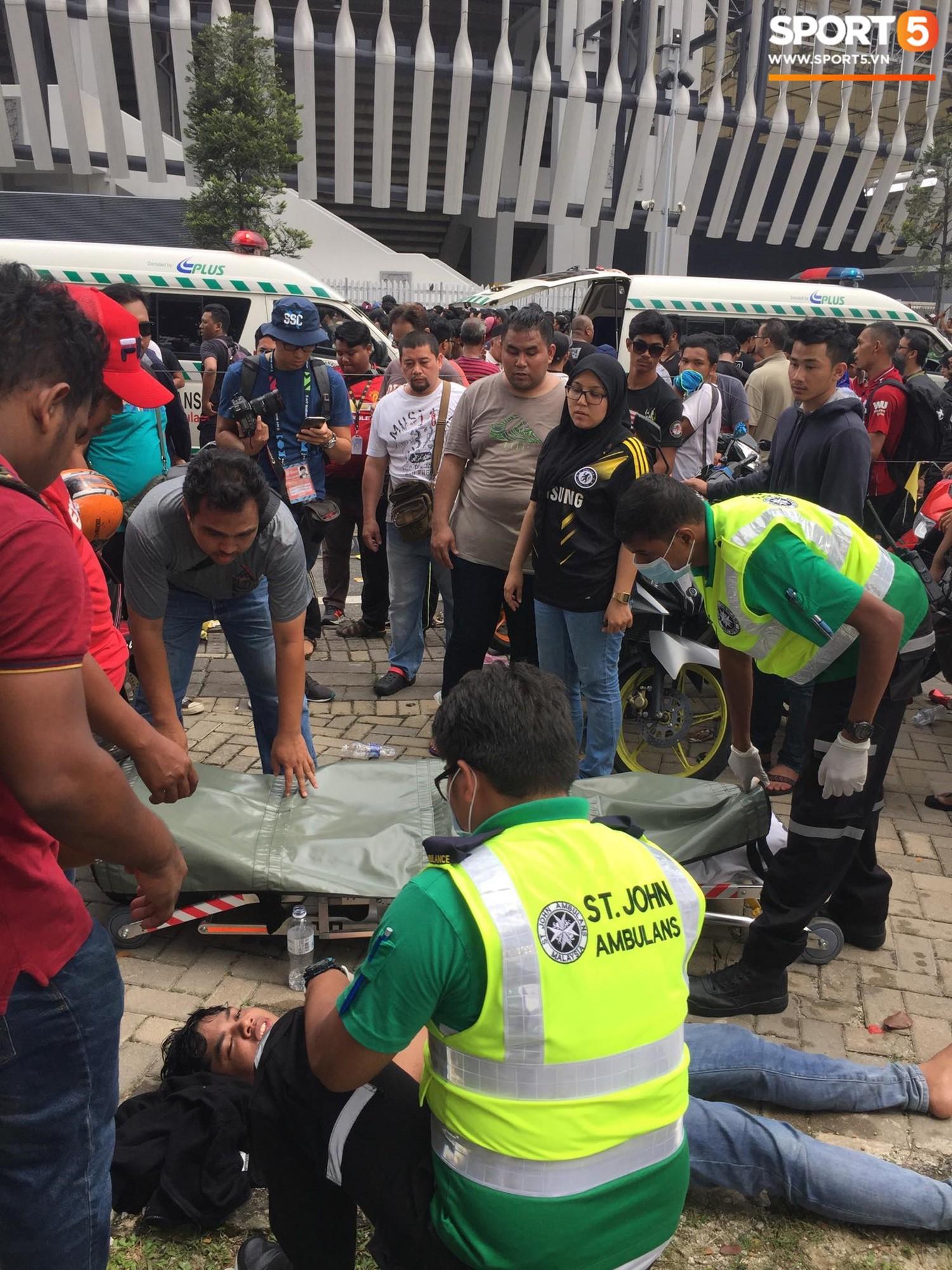 Kinh hoàng cảnh mua vé xem chung kết AFF Cup tại Malaysia: Nhiều người kiệt sức, nằm la liệt bên đường 5