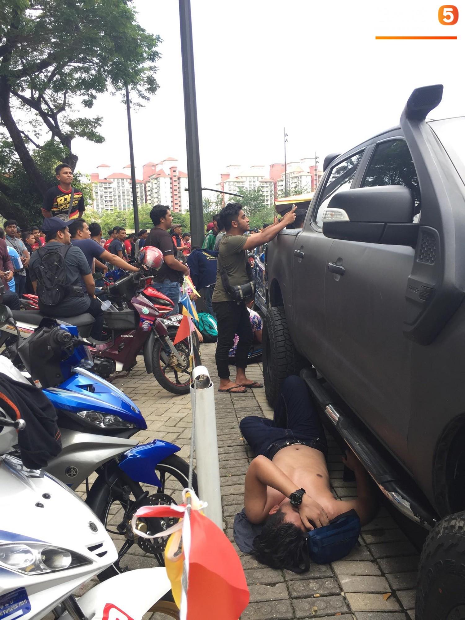 Kinh hoàng cảnh mua vé xem chung kết AFF Cup tại Malaysia: Nhiều người kiệt sức, nằm la liệt bên đường 4