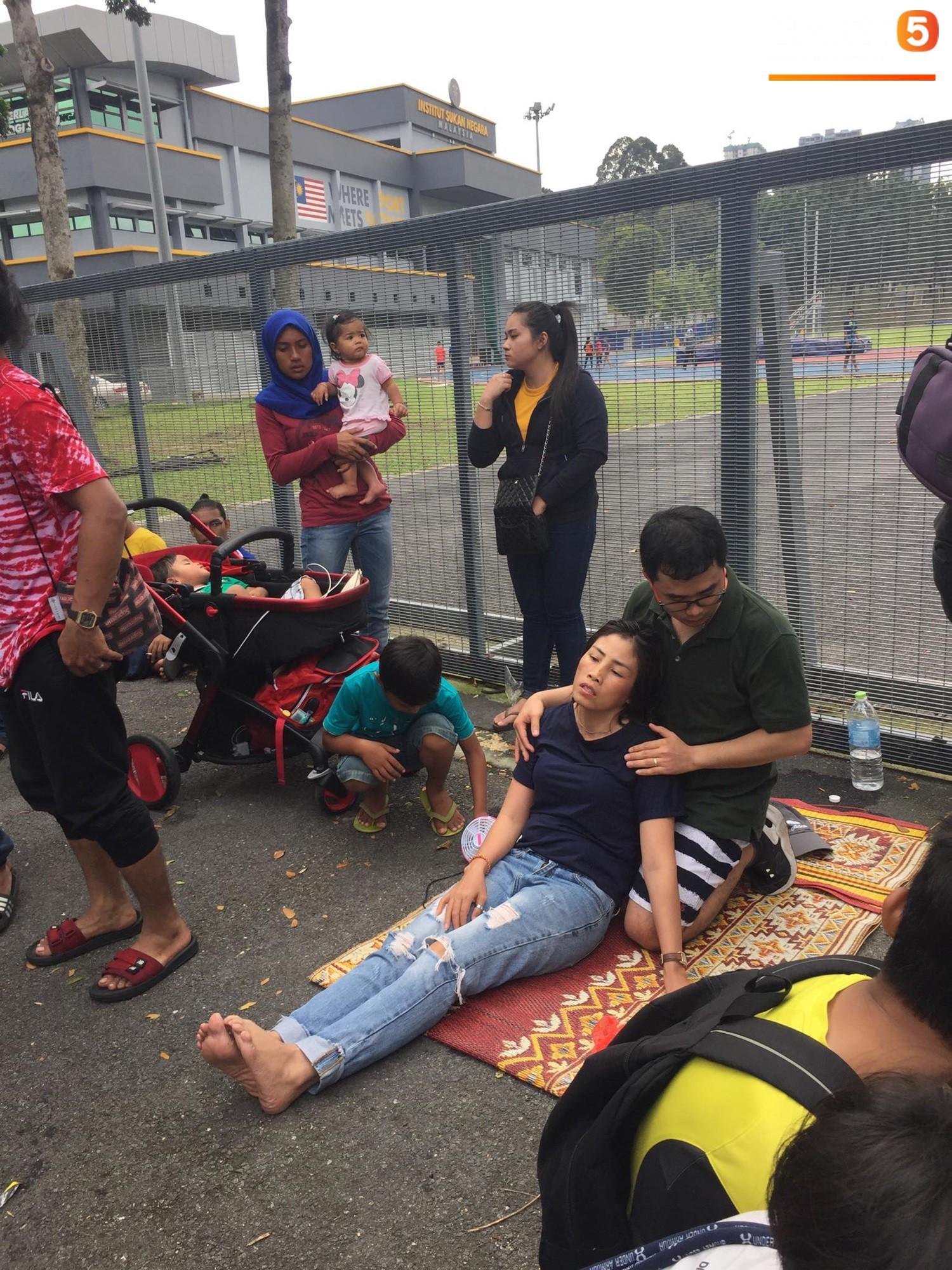 Kinh hoàng cảnh mua vé xem chung kết AFF Cup tại Malaysia: Nhiều người kiệt sức, nằm la liệt bên đường 3