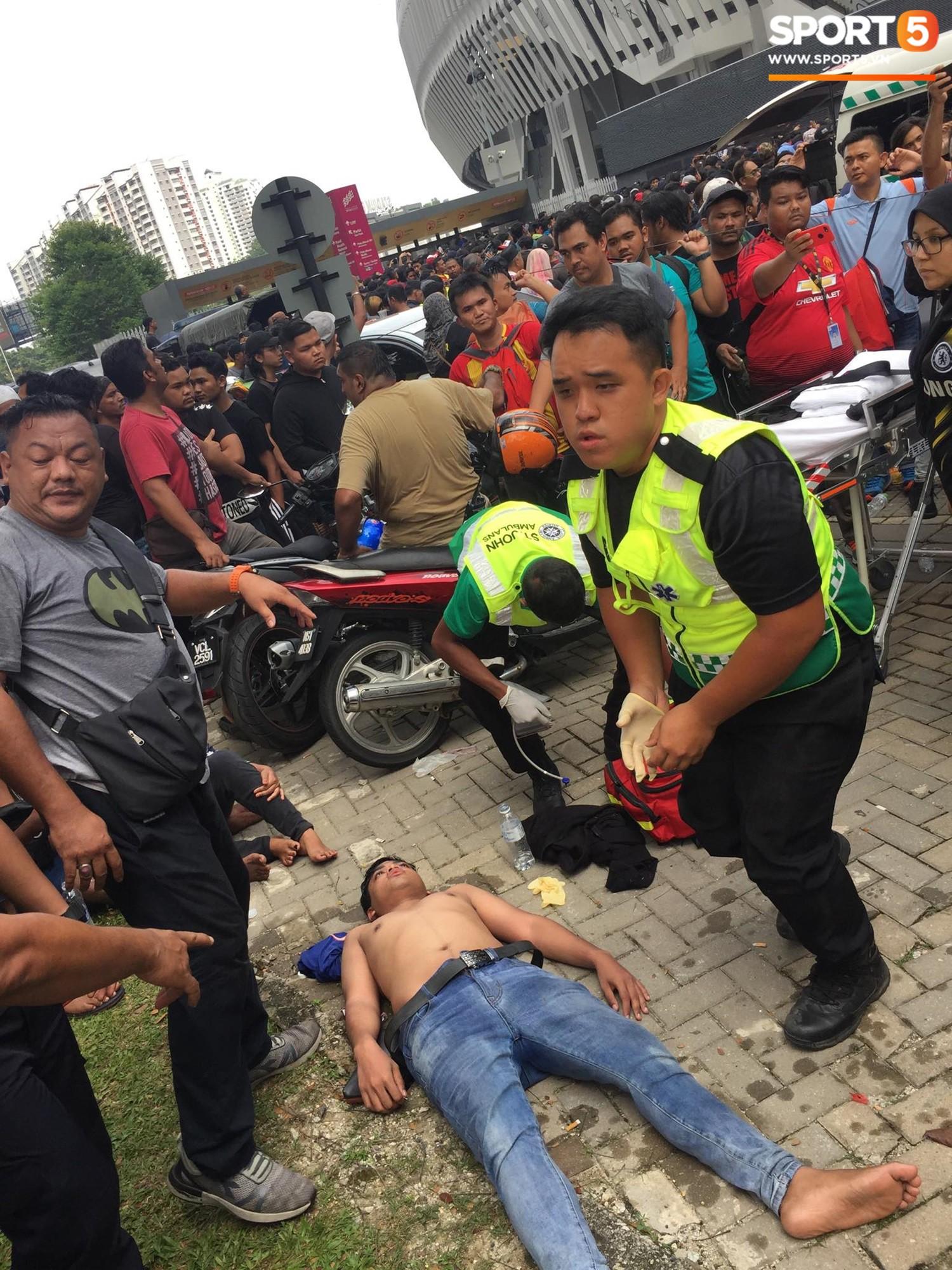 Kinh hoàng cảnh mua vé xem chung kết AFF Cup tại Malaysia: Nhiều người kiệt sức, nằm la liệt bên đường 2