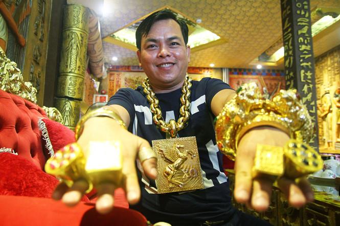 Người đàn ông đeo 13 kg vàng cổ vũ tuyển Việt Nam từng bị cướp kéo lê giữa đường 2