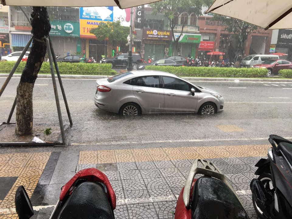 Chiều nay Đà Nẵng tiếp tục mưa to, đường phố lại chìm trong biển nước 1
