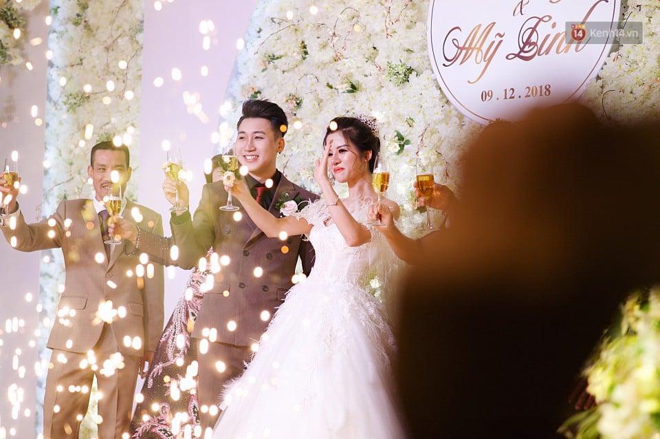 """Vợ Huy Cung mặc áo cưới 200 triệu, bật khóc vì bị chồng tung clip """"nói xấu"""" trước quan viên hai họ 1"""