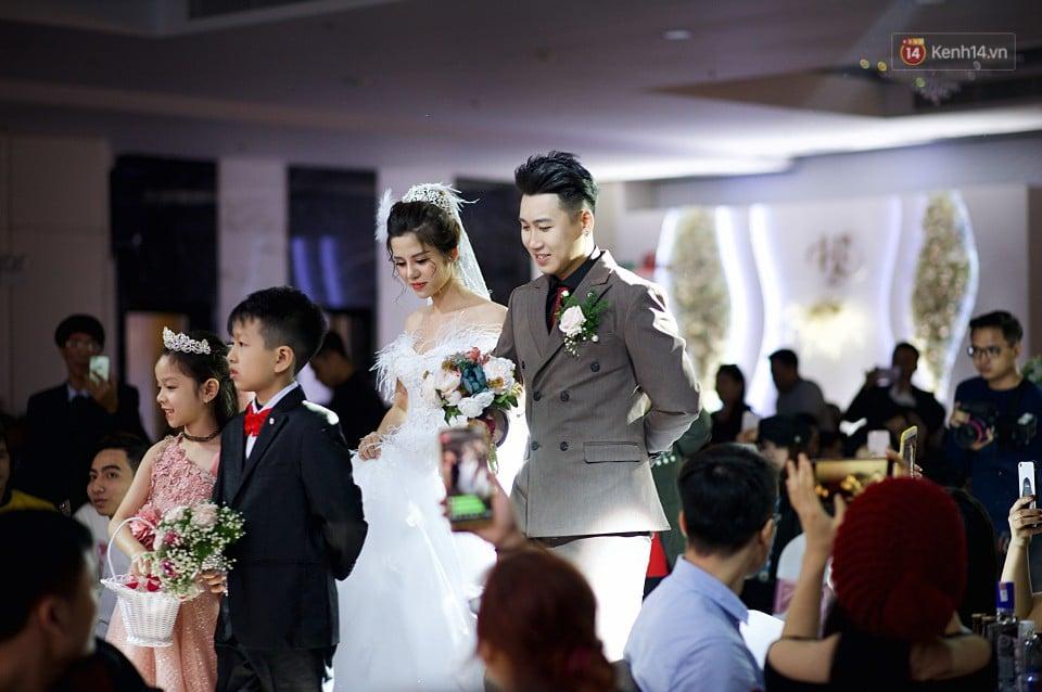 """Vợ Huy Cung mặc áo cưới 200 triệu, bật khóc vì bị chồng tung clip """"nói xấu"""" trước quan viên hai họ 2"""