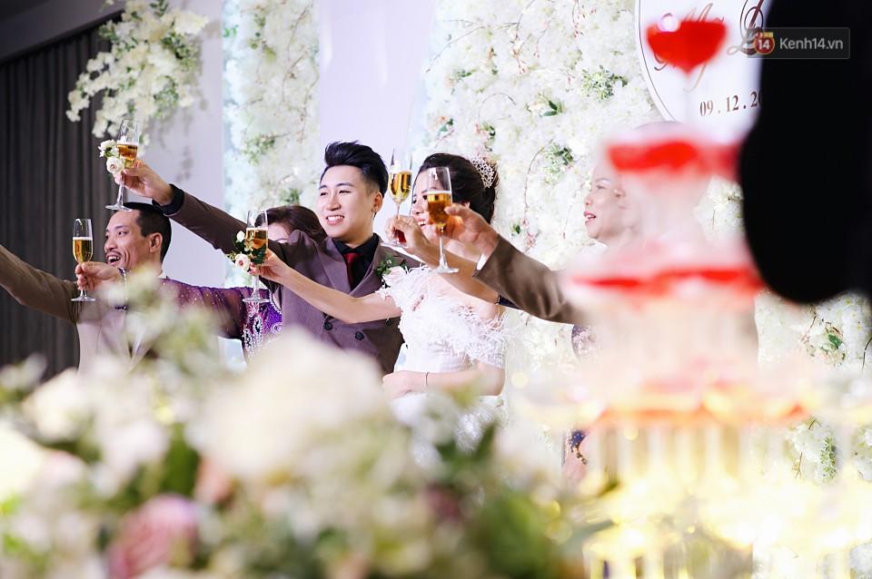"""Vợ Huy Cung mặc áo cưới 200 triệu, bật khóc vì bị chồng tung clip """"nói xấu"""" trước quan viên hai họ 11"""