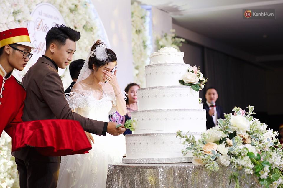 """Vợ Huy Cung mặc áo cưới 200 triệu, bật khóc vì bị chồng tung clip """"nói xấu"""" trước quan viên hai họ 3"""