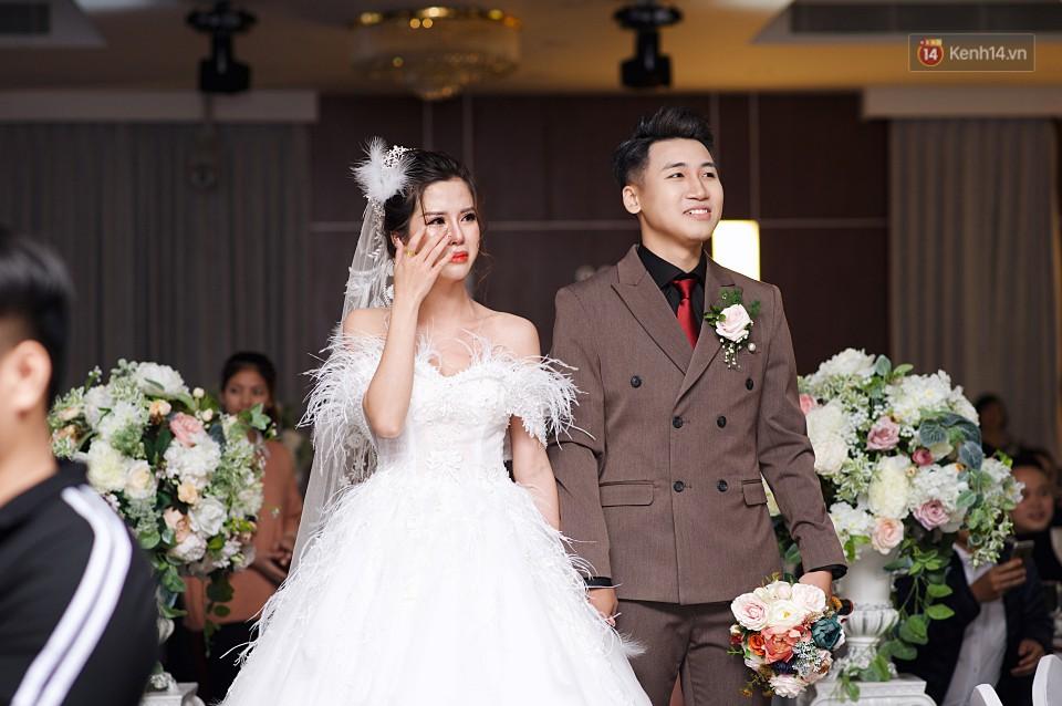 """Vợ Huy Cung mặc áo cưới 200 triệu, bật khóc vì bị chồng tung clip """"nói xấu"""" trước quan viên hai họ 4"""