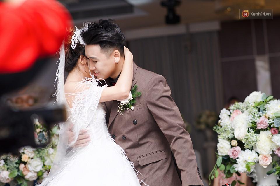 """Vợ Huy Cung mặc áo cưới 200 triệu, bật khóc vì bị chồng tung clip """"nói xấu"""" trước quan viên hai họ 5"""