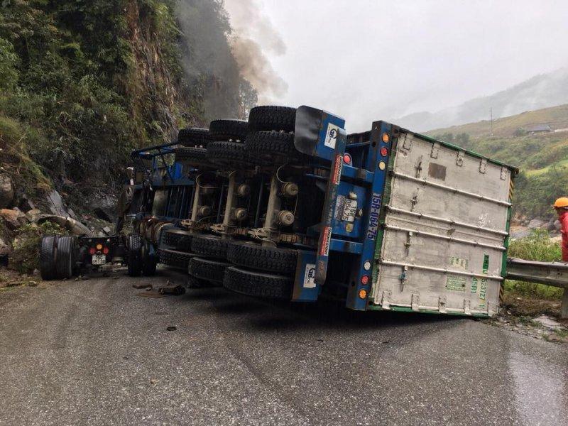 Lai Châu: Xe container mất lái tông vào vách núi bốc cháy ngùn ngụt 3