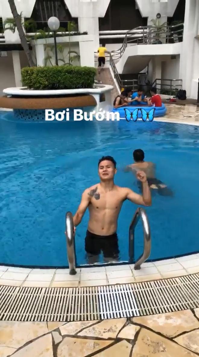 Khoe mình sắp trổ tài bơi bướm 50m nhưng hành động của Quang Hải lại khiến người xem ngã ngửa 2