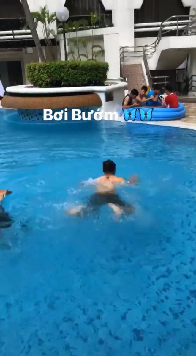 Khoe mình sắp trổ tài bơi bướm 50m nhưng hành động của Quang Hải lại khiến người xem ngã ngửa 3