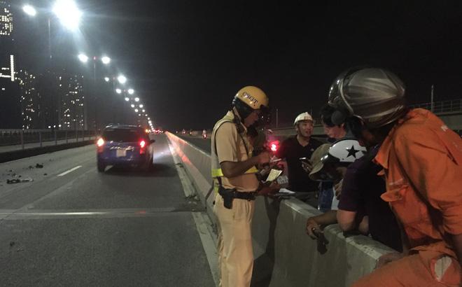 Hình ảnh Người thân gào khóc, ngất lịm trước thi thể đắp chiếu trên cầu Sài Gòn số 1