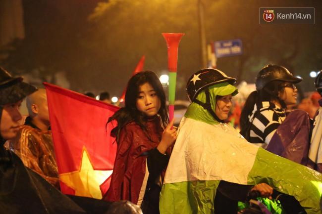 Dù tiếc nuối nhưng CĐV vẫn tràn xuống đường sau trận đấu quật cường giành tỷ số 2-2 của Việt Nam trên sân khách 11