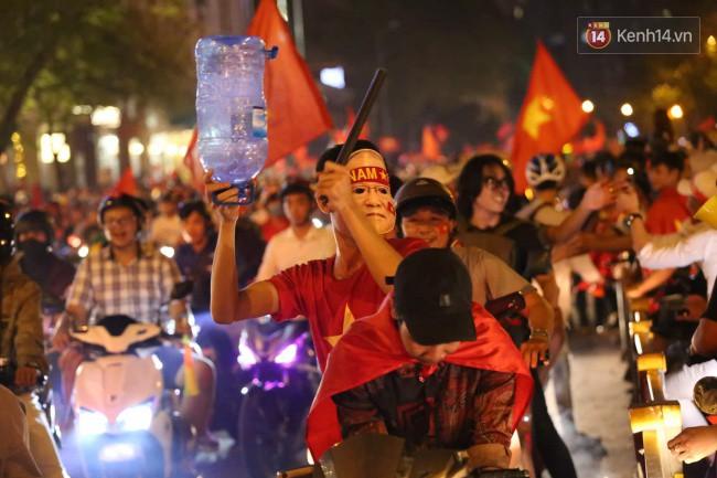Dù tiếc nuối nhưng CĐV vẫn tràn xuống đường sau trận đấu quật cường giành tỷ số 2-2 của Việt Nam trên sân khách 7
