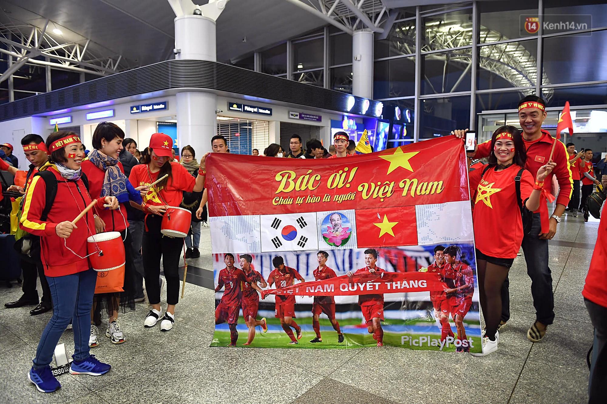CĐV Việt Nam cùng nhau hát Quốc ca ở độ cao 10.000m, hết mình cổ vũ cho ĐT nước nhà trong trận chung kết AFF Cup 2018 1