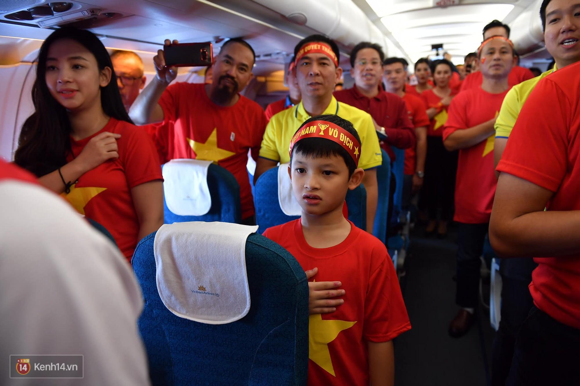 CĐV Việt Nam cùng nhau hát Quốc ca ở độ cao 10.000m, hết mình cổ vũ cho ĐT nước nhà trong trận chung kết AFF Cup 2018 3