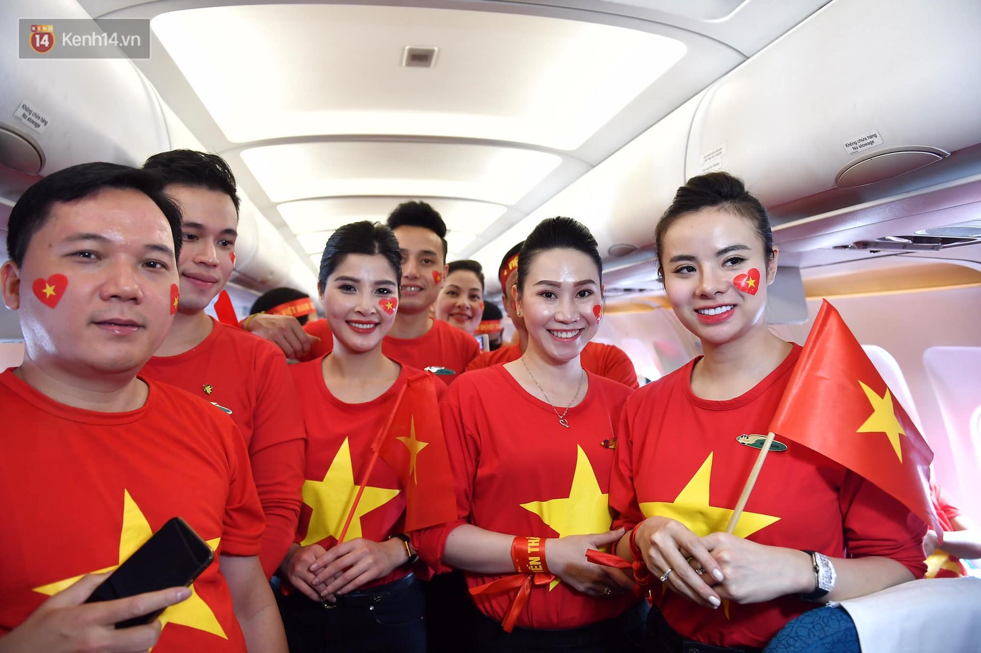 CĐV Việt Nam cùng nhau hát Quốc ca ở độ cao 10.000m, hết mình cổ vũ cho ĐT nước nhà trong trận chung kết AFF Cup 2018 5