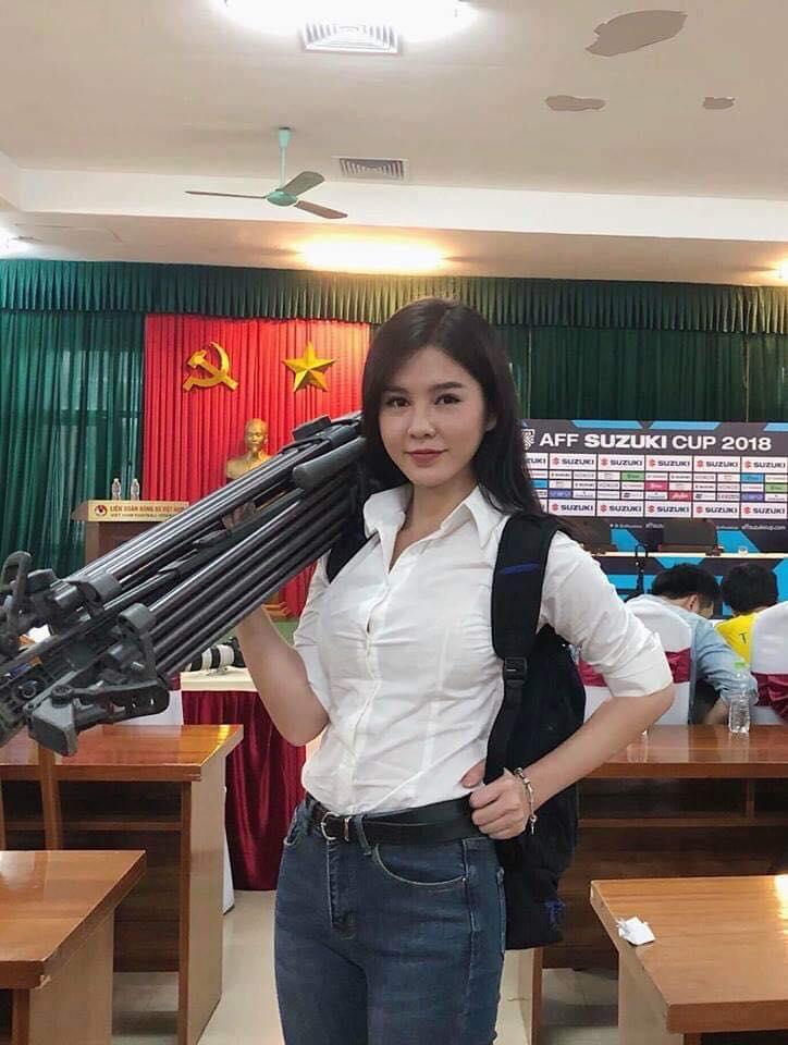 Tiết lộ về nữ phóng viên cực gợi cảm luôn theo sát HLV Park Hang Seo 2