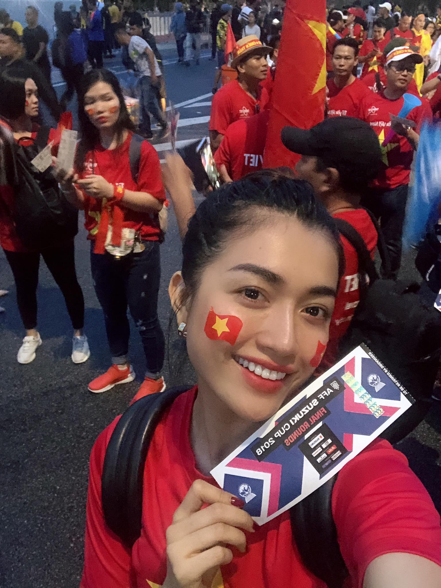 Á hậu Lệ Hằng xông vào ngồi giữa CĐV Malaysia và cái kết bất ngờ 1