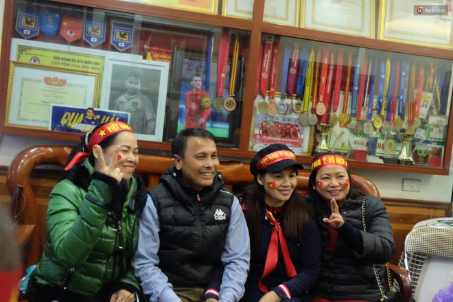 Hình ảnh Mẹ Quang Hải nói về kết quả hòa 2-2 trận chung kết lượt đi AFF Cup: Tôi đã dự đoán từ trước, cơ hội chia đều cho hai bên số 1