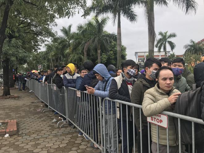Tận mắt cuộc sang tay cặp vé trận chung kết Việt Nam - Malaysia giá 11 triệu trước cổng liên đoàn 3