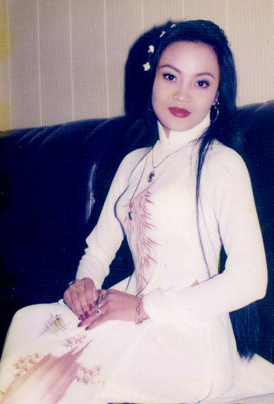 Tiết lộ cô vợ hoa khôi xinh đẹp của nam ca sĩ thích mặc váy nhất Việt Nam 2