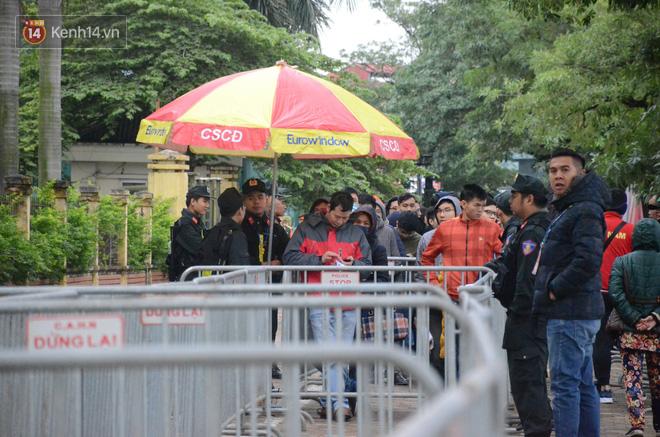 Hàng ngàn người xếp hàng dưới cái lạnh 13 độ để chờ nhận vé xem chung kết của đội tuyển Việt Nam 12