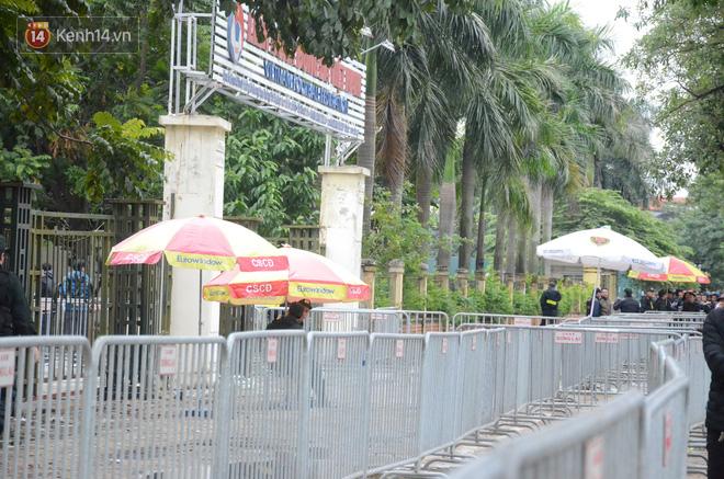 Hàng ngàn người xếp hàng dưới cái lạnh 13 độ để chờ nhận vé xem chung kết của đội tuyển Việt Nam 13