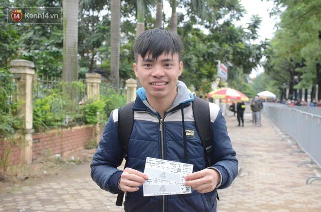 Hàng ngàn người xếp hàng dưới cái lạnh 13 độ để chờ nhận vé xem chung kết của đội tuyển Việt Nam 14