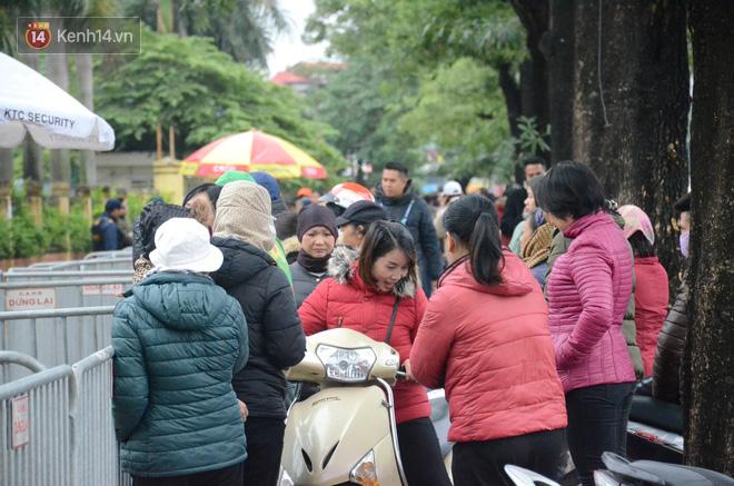 Hàng ngàn người xếp hàng dưới cái lạnh 13 độ để chờ nhận vé xem chung kết của đội tuyển Việt Nam 15