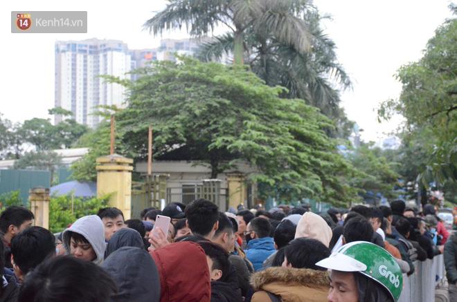 Hàng ngàn người xếp hàng dưới cái lạnh 13 độ để chờ nhận vé xem chung kết của đội tuyển Việt Nam 16
