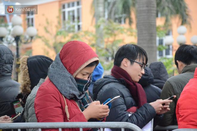 Hàng ngàn người xếp hàng dưới cái lạnh 13 độ để chờ nhận vé xem chung kết của đội tuyển Việt Nam 18