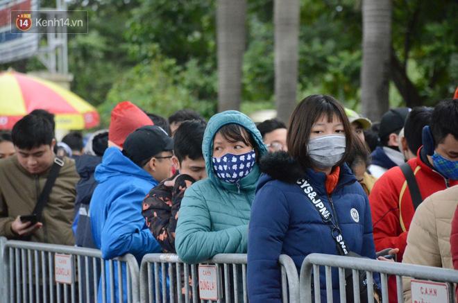 Hàng ngàn người xếp hàng dưới cái lạnh 13 độ để chờ nhận vé xem chung kết của đội tuyển Việt Nam 2