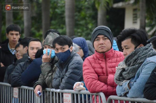 Hàng ngàn người xếp hàng dưới cái lạnh 13 độ để chờ nhận vé xem chung kết của đội tuyển Việt Nam 6
